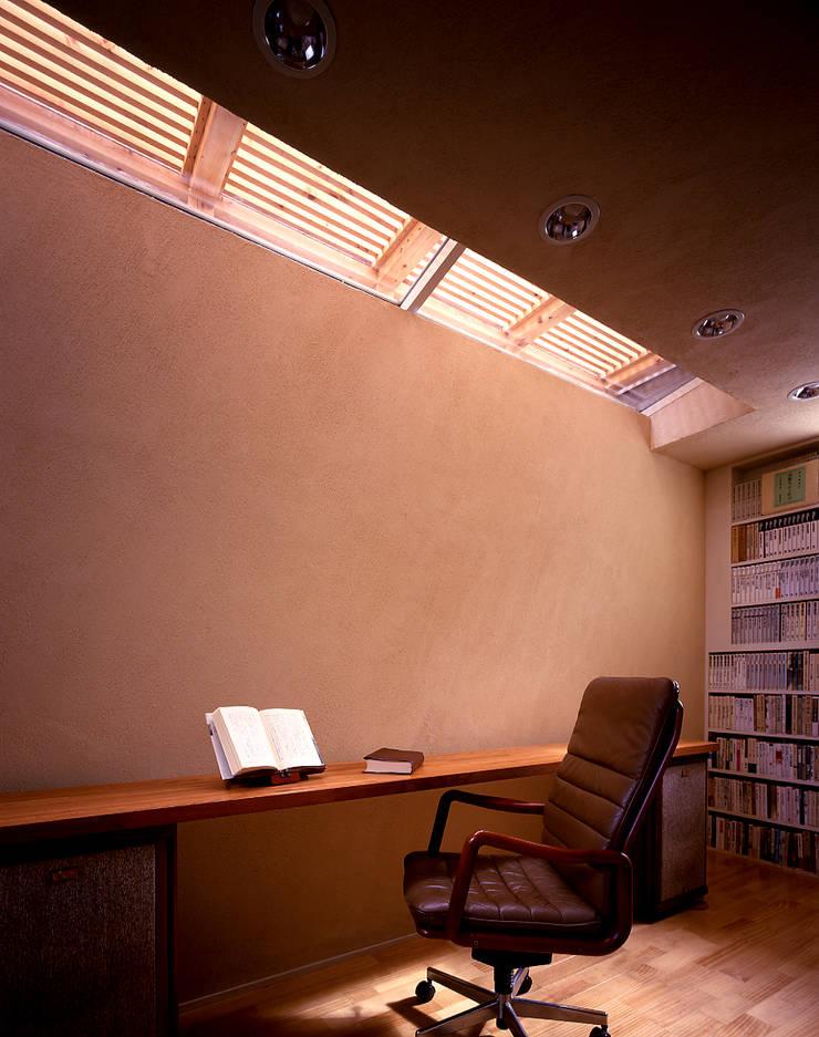 トップライトのある地下室の書斎: 久保田章敬建築研究所が手掛けた和室です。