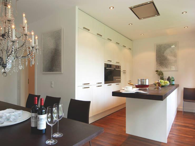 Cocinas de estilo  por Haacke Haus GmbH Co. KG