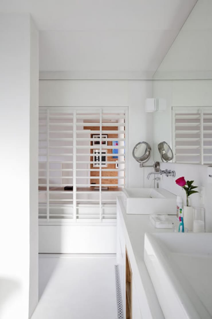 apto oscar freire: Banheiros  por kikacamasmie + arq