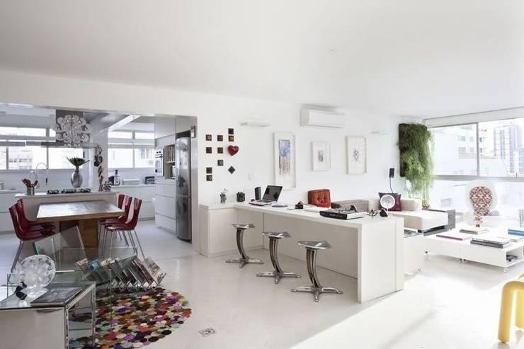 apto oscar freire: Salas de estar minimalistas por kikacamasmie + arq