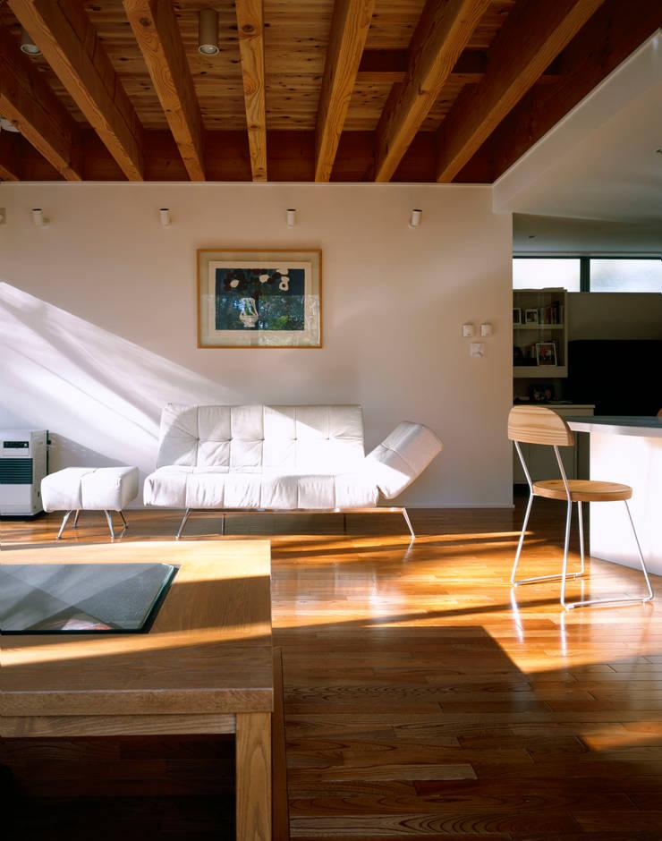 自然光が注ぐリビング: 久保田章敬建築研究所が手掛けたリビングです。,