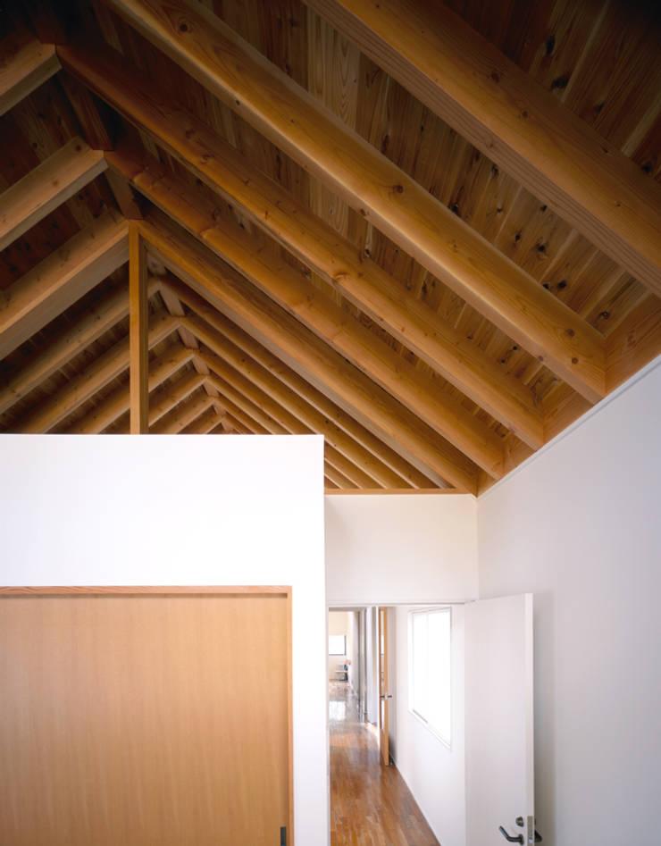 天井の木組が繋がる寝室と階段室: 久保田章敬建築研究所が手掛けた寝室です。,