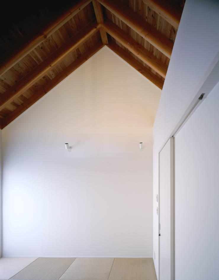 白壁と無垢材のシンプルな個室: 久保田章敬建築研究所が手掛けた寝室です。,