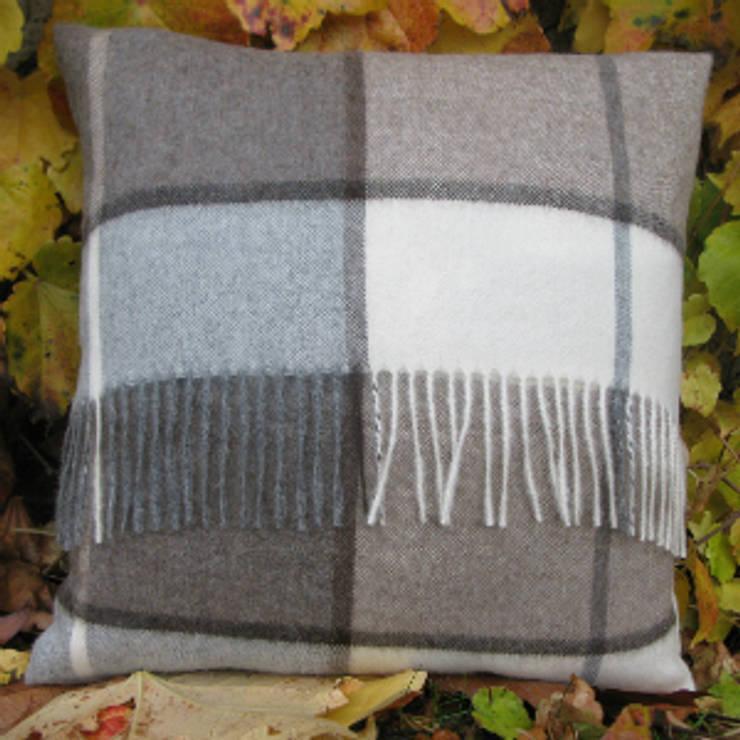 Coussin alpaga à franges écossais brun: Salon de style de style Moderne par Sweet Alpaga