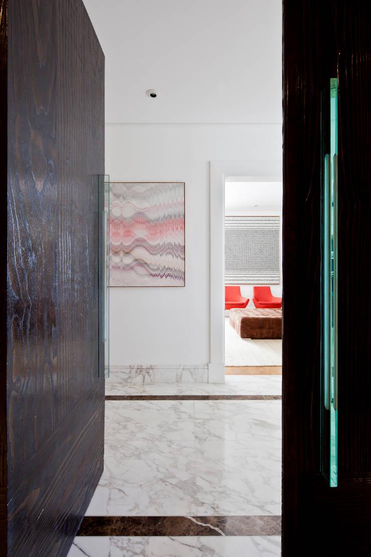VNC APARTAMENTO : Corredores e halls de entrada  por Noura van Dijk Interior Design