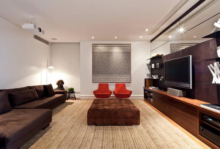 VNC APARTAMENTO : Salas multimídia modernas por Noura van Dijk Interior Design