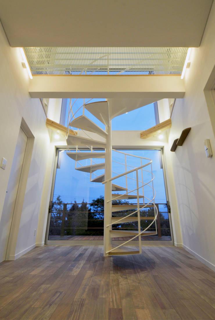 玄関に立つと・・・: ディアーキテクト設計事務所が手掛けた廊下 & 玄関です。