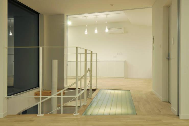 ファイバーグレーチングの「光る床」: ディアーキテクト設計事務所が手掛けた壁です。