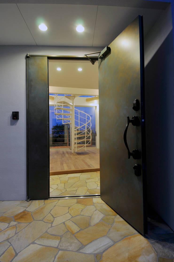 玄関ドアを開けたら・・・: ディアーキテクト設計事務所が手掛けた玄関&廊下&階段です。