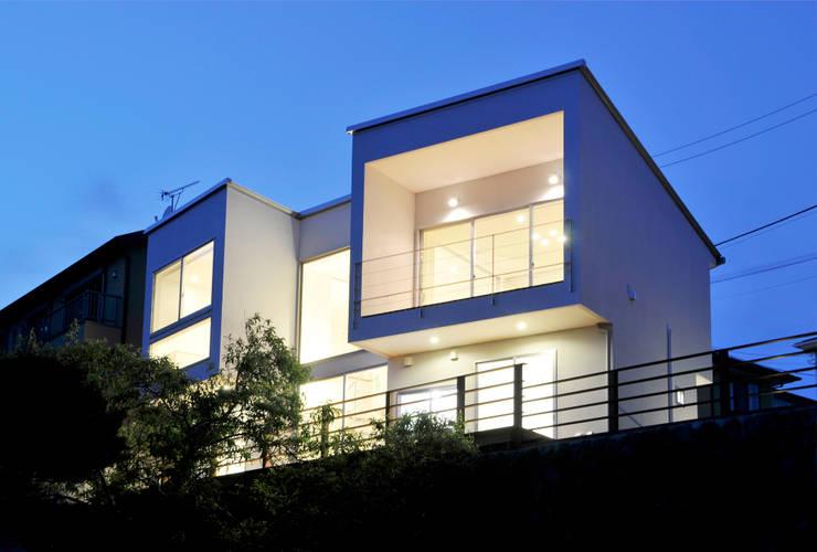 """海を眺める""""望遠鏡""""住宅 夜景: ディアーキテクト設計事務所が手掛けた家です。"""