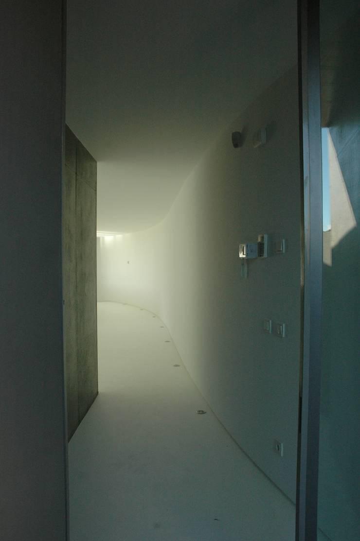 Casa II: Corredores e halls de entrada  por A. BURMESTER ARQUITECTOS,Moderno