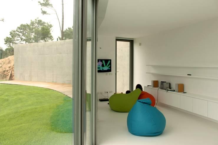 Chambre d'enfant de style de style Moderne par A. BURMESTER ARQUITECTOS