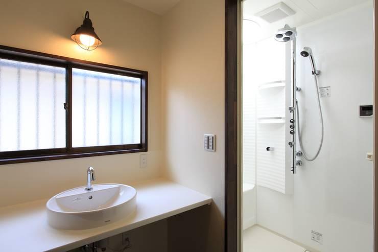 洗面所&シャワー室: 株式会社伏見屋一級建築士事務所が手掛けた浴室です。