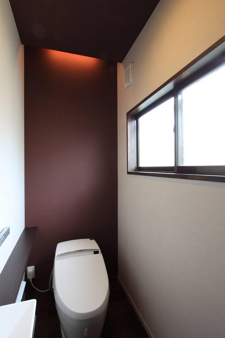 便所: 株式会社伏見屋一級建築士事務所が手掛けた浴室です。