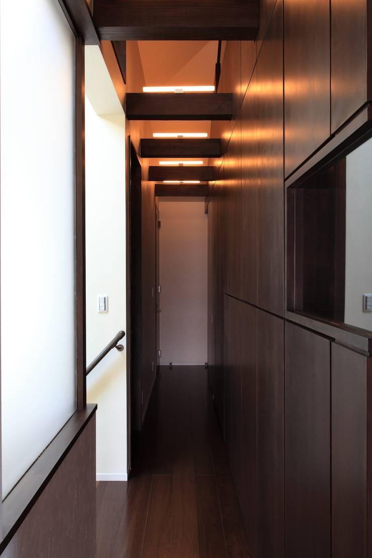 廊下: 株式会社伏見屋一級建築士事務所が手掛けた廊下 & 玄関です。