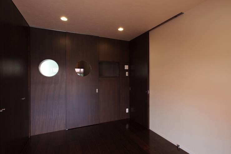 居間: 株式会社伏見屋一級建築士事務所が手掛けたリビングです。
