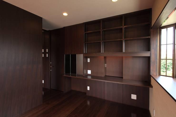 主寝室: 株式会社伏見屋一級建築士事務所が手掛けた寝室です。