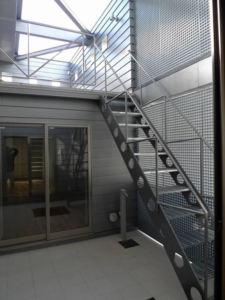 コートハウス: 桑原建築設計室が手掛けた庭です。