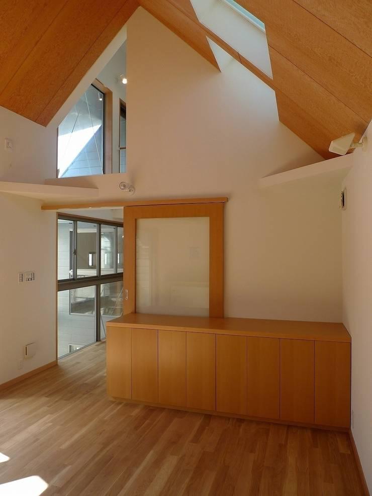 居間北: 桑原建築設計室が手掛けたリビングです。