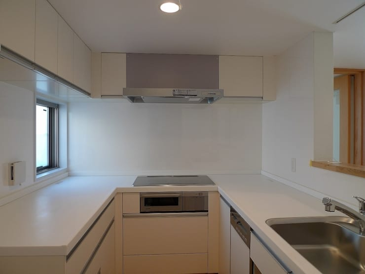 シンプルなキッチン: 桑原建築設計室が手掛けたキッチンです。