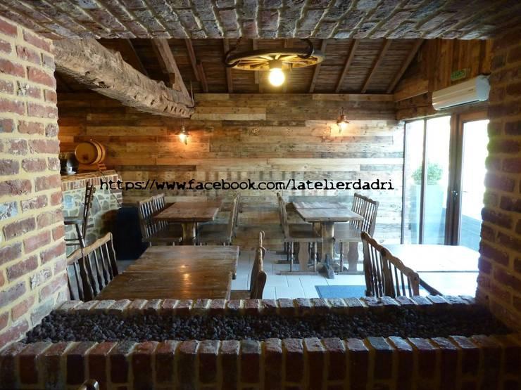 L'atelier d'Adri - mur Willy's - Bois de palettes: Locaux commerciaux & Magasins de style  par l'atelier d'adri
