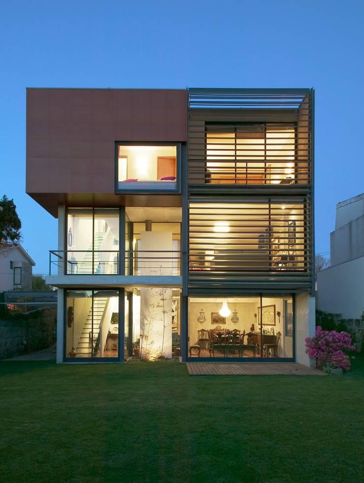 Casa III: Casas  por A. BURMESTER ARQUITECTOS