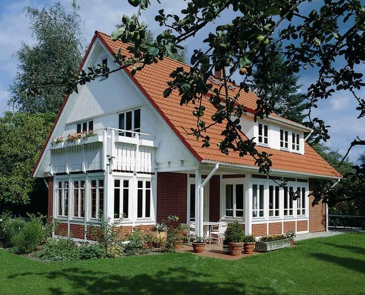 Projekty, wiejskie Domy zaprojektowane przez Haacke Haus GmbH Co. KG