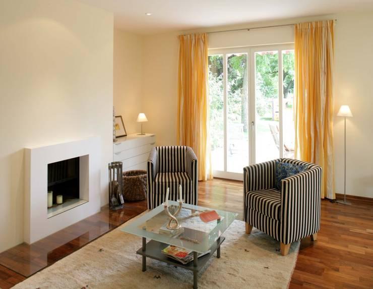 Salas de estar clássicas por Haacke Haus GmbH Co. KG