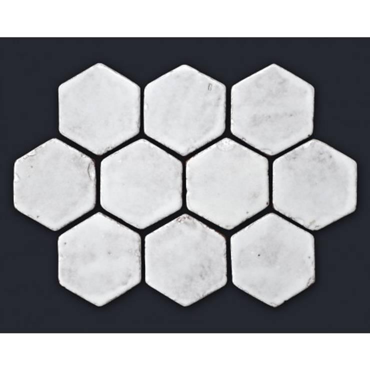 Rustykalna płytka sześciokątna, biała glazura TUMBLED: styl , w kategorii  zaprojektowany przez Rogiński Warsztat Artystyczny - DomRustykalny.pl,Rustykalny