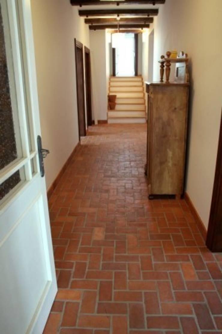 Podłoga z cegły w stylu rustykalnym : styl , w kategorii Ściany i podłogi zaprojektowany przez Rogiński Warsztat Artystyczny - DomRustykalny.pl