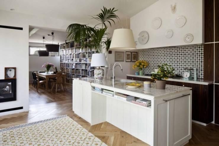 Apartament w Sopocie - płytka cementowa 301 w kuchni : styl , w kategorii Ściany i podłogi zaprojektowany przez Rogiński Warsztat Artystyczny - DomRustykalny.pl