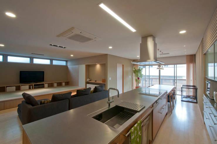 Cocinas de estilo  de 家山真建築研究室 Makoto Ieyama Architect Office