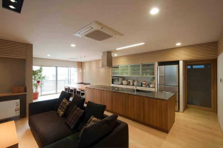 Salones de estilo  de 家山真建築研究室 Makoto Ieyama Architect Office