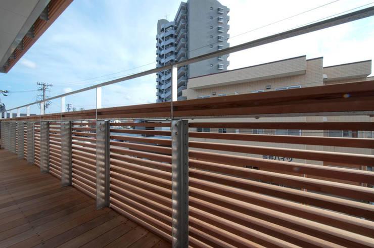 Terrazas de estilo  de 家山真建築研究室 Makoto Ieyama Architect Office