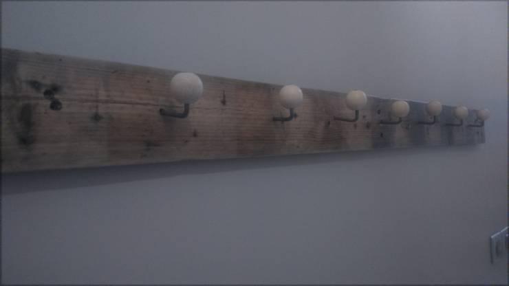 Porte manteaux: Couloir, entrée, escaliers de style  par L'Atelier Zora