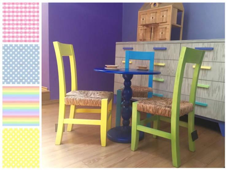 Mesa con sillas infantiles: Habitaciones infantiles de estilo  por MARIANGEL COGHLAN
