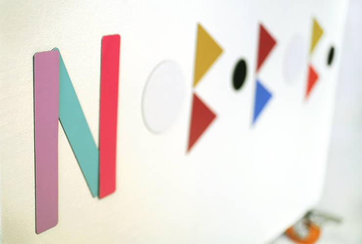 """Drewniana skrzynia na zabawki z magnesami """"Wesołe przyciąganie"""": styl , w kategorii Pokój dziecięcy zaprojektowany przez NOBOBOBO"""