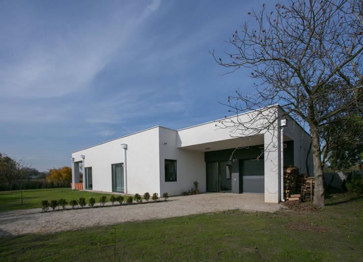 widok strefy wejściowej do domu: styl nowoczesne, w kategorii Domy zaprojektowany przez Anna Kukawska - Architekt