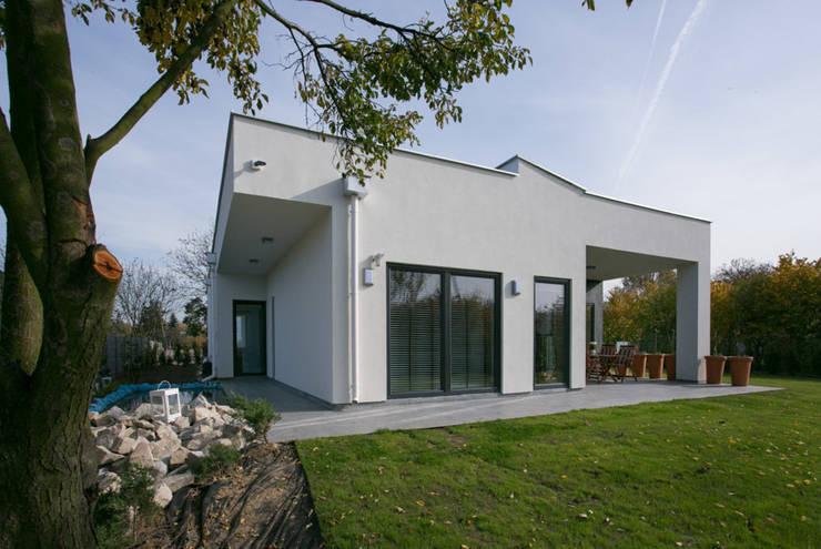 widok od strony ogrodu: styl nowoczesne, w kategorii Domy zaprojektowany przez Anna Kukawska - Architekt