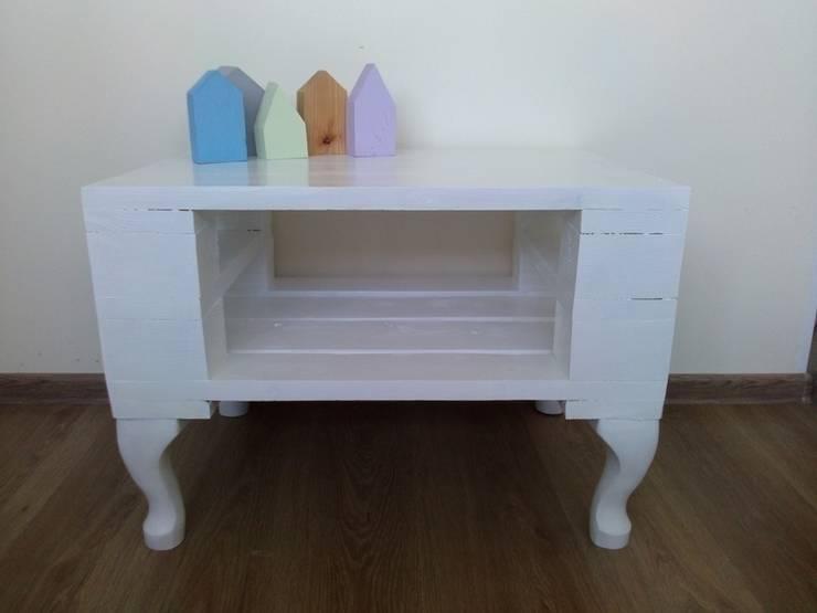 Niepowtarzalny biały stolik z palet: styl , w kategorii  zaprojektowany przez Gruszki na Wierzbie,Eklektyczny