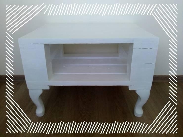 Niepowtarzalny biały stolik z palet: styl , w kategorii Salon zaprojektowany przez Gruszki na Wierzbie