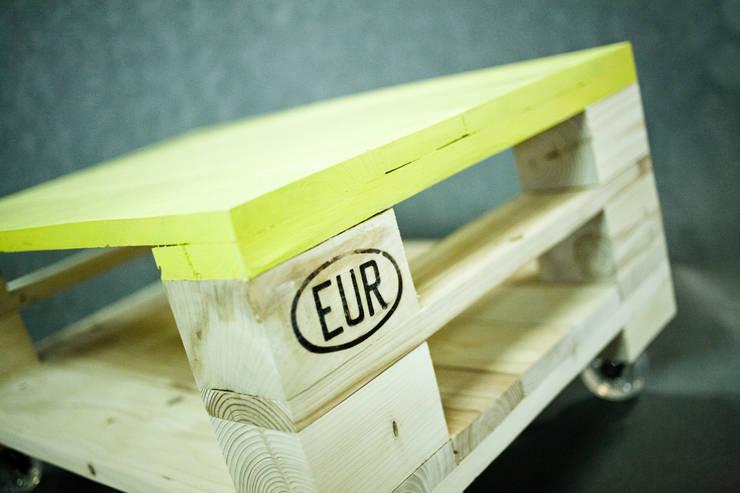 Oryginalny stolik z palet z kolorowym blatem: styl , w kategorii Salon zaprojektowany przez Gruszki na Wierzbie,