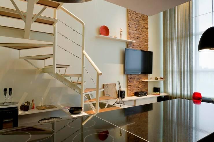 LOFT SANTANA, SÃO PAULO(SP): Salas de estar modernas por LORENZZO ARQUITETURA E INTERIORES