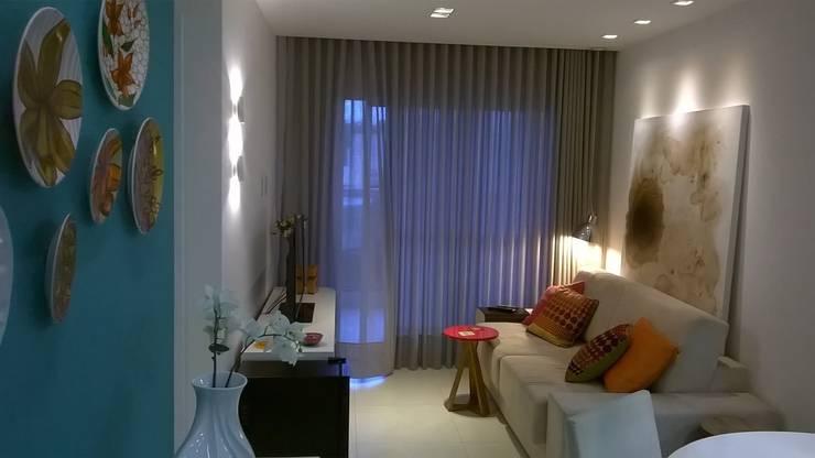 Cores e arte: Salas de estar modernas por Fabio Pantaleão Arquitetura+Interiores