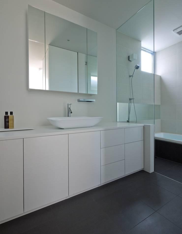 3×10 Court house Bathroom: e do design 一級建築士事務所が手掛けた浴室です。,