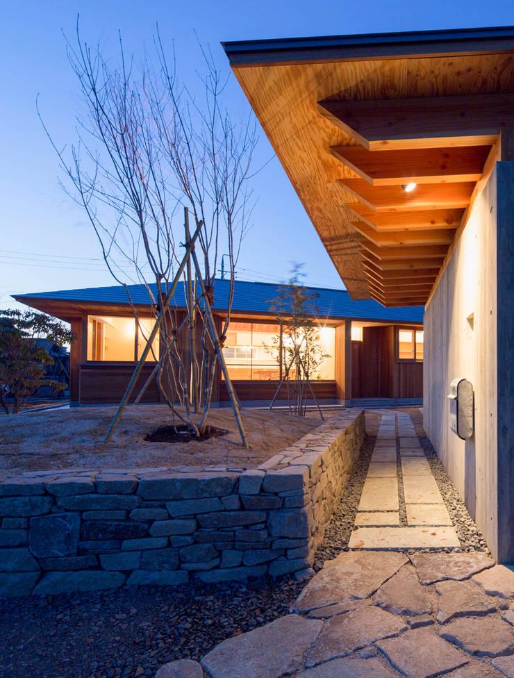 守山の家 アプローチ: 松原建築計画 / Matsubara Architect Design Officeが手掛けた家です。