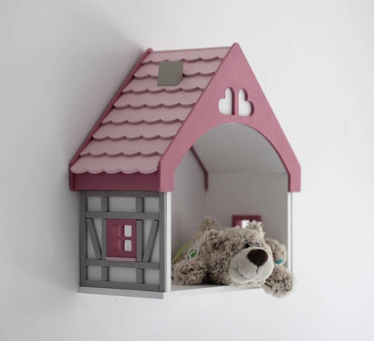"""Półka DOMEK DLA LALEK """"PINK HEART"""": styl , w kategorii Pokój dziecięcy zaprojektowany przez EBISSU"""