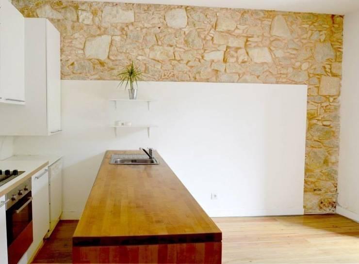 Reabilitação de Prédio  Rústico em Carcavelos: Cozinhas  por adoroaminhacasa