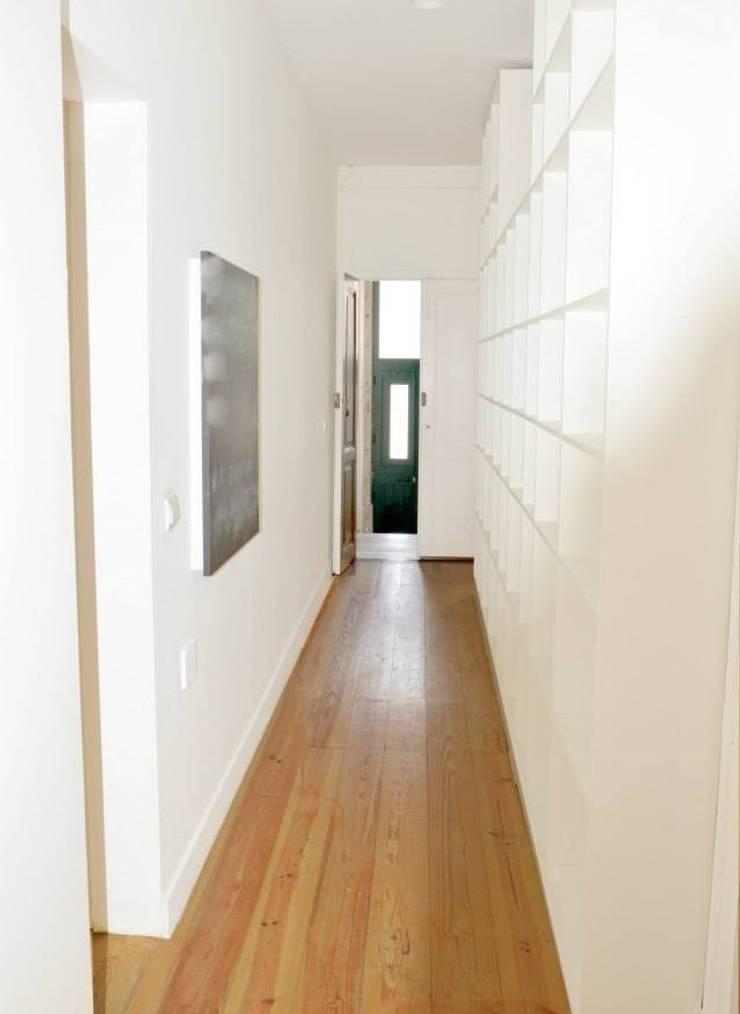 Reabilitação de Prédio  Rústico em Carcavelos: Corredores e halls de entrada  por adoroaminhacasa