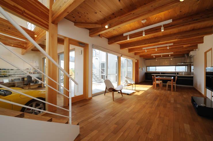 K-house リビングダイニング: 株式会社 森本建築事務所が手掛けたリビングです。,モダン